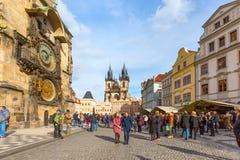 Люди на старой городской площади, взгляде Mesto, чехии Стоковое Изображение