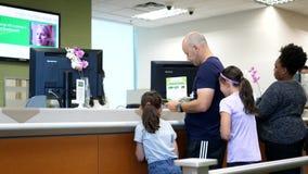 Люди на счетчике обслуживания говоря к кассиру банка акции видеоматериалы