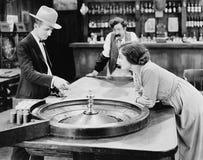 Люди на таблице рулетки в баре (все показанные люди более длинные живущие и никакое имущество не существует Гарантии поставщика к Стоковые Изображения