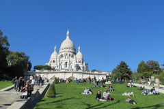 Люди на траве около базилики священного сердца Парижа на Montmartre Стоковое Изображение