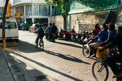 Люди на улице едут мотоциклы в городе мужчины, столице Мальдивов Стоковые Фото