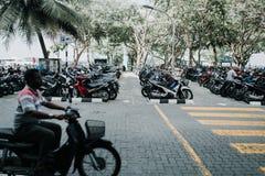 Люди на улице едут мотоциклы в городе мужчины, столице Мальдивов Стоковая Фотография RF