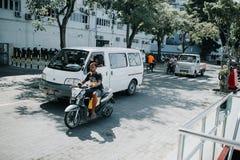 Люди на улице едут мотоциклы в городе мужчины, столице Мальдивов Стоковые Фотографии RF