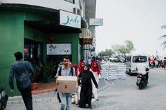 Люди на улице едут мотоциклы в городе мужчины, столице Мальдивов Стоковая Фотография