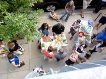 Люди на фестивале еды Стоковые Фото