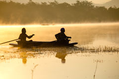 Люди на шлюпке в озере Стоковое Изображение