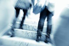 Люди на эскалаторе Стоковое Фото
