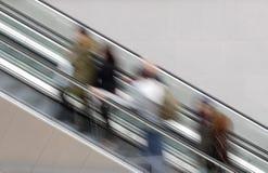 Люди на эскалаторе Стоковая Фотография