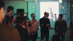 Люди на этапе во время командной игры на корпоративном событии торжества сток-видео