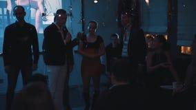 Люди на этапе во время командной игры на событии торжества компании видеоматериал