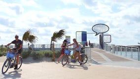 Люди на южном парке Miami Beach Pointe сток-видео