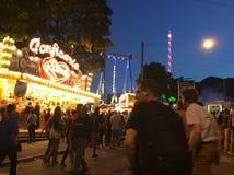 Люди на ярмарке в вечере Стоковые Фото