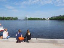 Люди на Binnenalster (внутреннем озере Alster) в Гамбурге Стоковое Фото