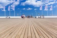 Люди на molo Sopot на Балтийском море, Польше Стоковые Изображения