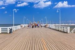 Люди на molo Sopot на Балтийском море, Польше Стоковые Фотографии RF