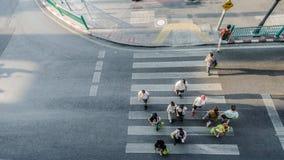 Люди нерезкости двигают через пешеходный crosswalk Стоковое Изображение RF