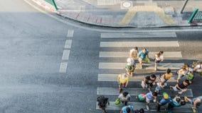Люди нерезкости двигают через пешеходный crosswalk Стоковые Изображения