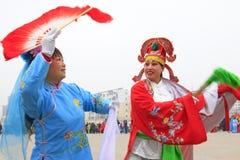 Люди носят цветастые одежды, представления танца yangko в s стоковая фотография rf