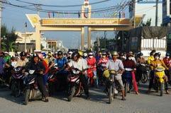 Люди носят шлем, сигнал traffice мотоцилк езды ждать Стоковые Фотографии RF