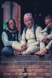 Люди нося платье traditioinal непальское в старом городе b Стоковое Изображение