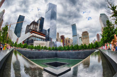 Люди НЬЮ-ЙОРКА - США - 13-ое июня 2015 приближают к башне и 9/11 свободы стоковые изображения rf