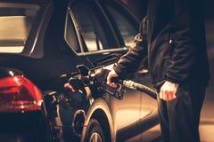 Люди дозаправляя его тепловозный автомобиль Стоковое Изображение RF