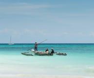 Люди около деревянного корабля рыбной ловли Стоковая Фотография
