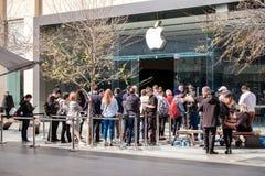 Люди около магазина Яблока в Adelade стоковые изображения rf