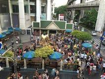 Люди оплачивают уважение к святыне Erawan Стоковые Изображения RF