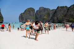 Люди ослабляют на известном пляже залива Майя на isla Leh Phi Phi Стоковое фото RF