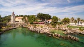 Люди ослабляют на красивых пляжах вида с воздуха Cascais Португалии Стоковое Изображение RF