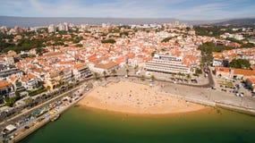 Люди ослабляют на красивых пляжах вида с воздуха Cascais Португалии Стоковые Изображения