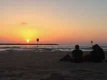 Люди ослабляют на пляже Стоковая Фотография