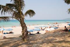 Люди ослабляют на пляже Karon, Таиланде Стоковое Изображение