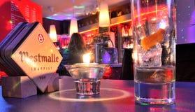 Люди ослабляя в баре Стоковая Фотография
