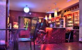 Люди ослабляя в баре Стоковые Изображения RF