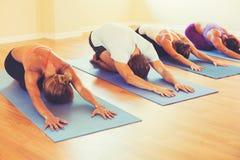 Люди ослабляя и делая йогу Стоковые Изображения
