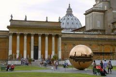 Люди ослабляя и наслаждаясь парк внутри музея Ватикана Стоковое Изображение RF