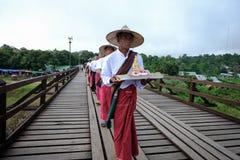 Люди от деревни понедельника пересекая мост понедельника деревянный мост который пересекает озеро laem khao искусственное Стоковые Изображения RF