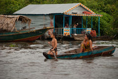 Люди от Камбоджи Озеро подрыв Tonle Стоковое фото RF