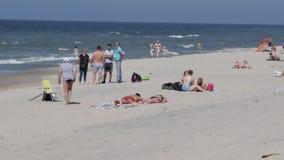 Люди отдыхают на Балтийском море, на горячий летний день видеоматериал