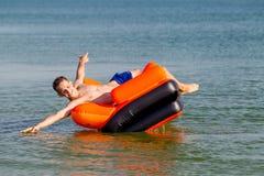 Люди отдыхают на море Стоковые Изображения RF