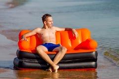 Люди отдыхают на море Стоковое Фото