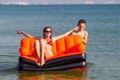 Люди отдыхают на море Стоковое Изображение RF