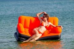 Люди отдыхают на море Стоковые Фотографии RF