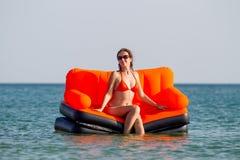 Люди отдыхают на море Стоковая Фотография