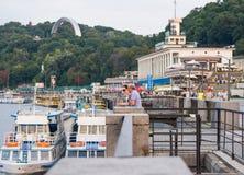 Люди отдыхают на портовом районе и восхищают пейзаж, Украину, Kyiv редакционо 08 03 2017 Стоковая Фотография