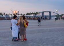 Люди отдыхают на портовом районе музей напольная Украина kyiv зодчества исторический редакционо 08 03 2017 Стоковая Фотография RF