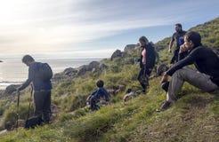 Люди отдыхая в горах стоковая фотография rf