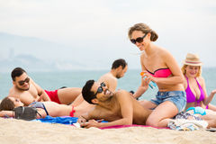 Люди отдыхая на пляже Стоковое Фото